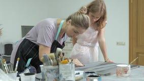 A mulher na oficina está trabalhando nas placas de madeira, criando um efeito da antiguidade filme