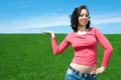 Mulher na palma da mão da preensão do campo acima Imagem de Stock