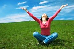 Mulher na palma da mão da preensão do campo acima Fotografia de Stock Royalty Free
