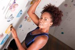 Mulher na parede de escalada imagens de stock royalty free