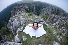 Mulher na parte superior da montanha foto de stock royalty free
