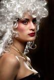 Mulher na peruca antiga do estilo Imagem de Stock
