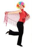 Mulher na peruca do palhaço e com xaile vermelho Fotos de Stock Royalty Free
