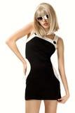 Mulher na peruca e em óculos de sol louros imagem de stock