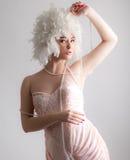 Mulher na peruca lindo que joga com pérolas imagens de stock royalty free