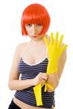 Mulher na peruca vermelha e em luvas amarelas Fotografia de Stock Royalty Free