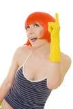 Mulher na peruca vermelha e em luvas amarelas Fotografia de Stock