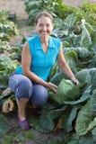Mulher na planta do repolho Foto de Stock Royalty Free