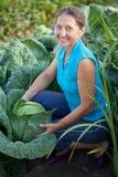 Mulher na planta do repolho Fotografia de Stock Royalty Free