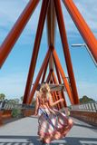 Mulher na ponte de cruzamento Penrith de Yandhai Nepean foto de stock
