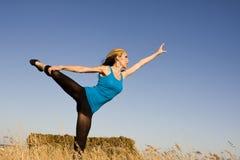 Mulher na pose da dança em um campo Fotografia de Stock