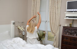 Mulher na pose para acordar fotografia de stock