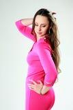 Mulher na posição cor-de-rosa do vestido fotos de stock royalty free