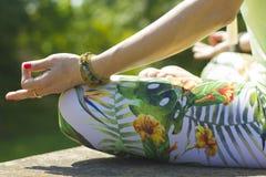 Mulher na posição de lótus da ioga imagens de stock royalty free