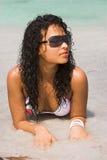 Mulher na praia foto de stock