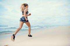 Mulher na praia imagem de stock royalty free