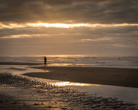 Mulher na praia com por do sol bonito Fotografia de Stock Royalty Free