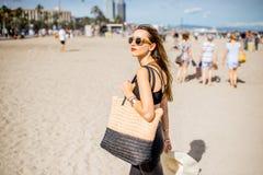 Mulher na praia de Barcelona imagens de stock royalty free