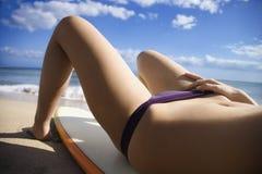 Mulher na praia de Maui. imagem de stock