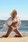 Mulher na praia do mar imagem de stock