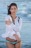 Mulher na praia em um biquini foto de stock royalty free