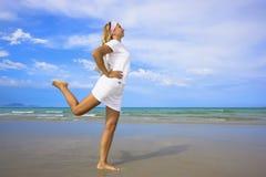 Mulher na praia. Estilo de vida saudável Fotos de Stock Royalty Free
