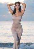 Mulher na praia no nascer do sol imagens de stock