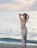 Mulher na praia no nascer do sol fotografia de stock royalty free