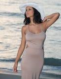 Mulher na praia no nascer do sol imagem de stock