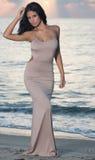 Mulher na praia no nascer do sol foto de stock