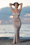 Mulher na praia no nascer do sol fotos de stock royalty free