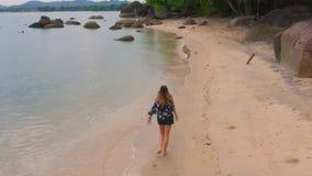 Mulher na praia que aprecia os feriados filme