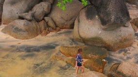 Mulher na praia que aprecia os feriados video estoque