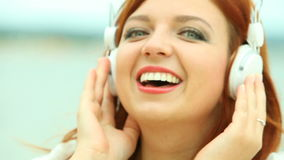 Mulher na praia que escuta a música Fotografia de Stock
