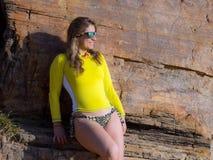 Mulher na praia rochosa Fotos de Stock