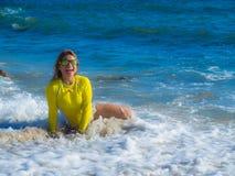 Mulher na praia rochosa Fotografia de Stock Royalty Free
