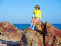 Mulher na praia rochosa Imagens de Stock
