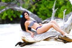Mulher na praia tropical imagem de stock royalty free