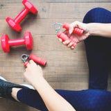 Mulher na roupa da aptidão usando o equipamento de esporte Aptidão e dieta, estilo de vida saudável Imagens de Stock