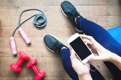 Mulher na roupa da aptidão usando o smartphone Aptidão e dieta, estilo de vida saudável Foto de Stock Royalty Free