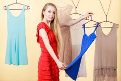 Mulher na roupa da colheita da loja ou do vestuário Foto de Stock
