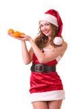 Mulher na roupa de Papai Noel com o mandarino alaranjado Foto de Stock