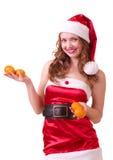 Mulher na roupa de Papai Noel com o mandarino alaranjado Foto de Stock Royalty Free