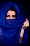 mulher na roupa do arabian da cor fotografia de stock