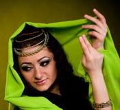 Mulher na roupa do arabian da cor fotografia de stock royalty free