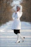 A mulher na roupa do branco do inverno Imagem de Stock Royalty Free