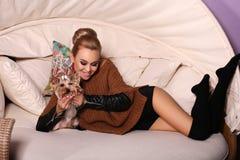 Mulher na roupa ocasional, levantando com yorkshire terrier bonito Foto de Stock