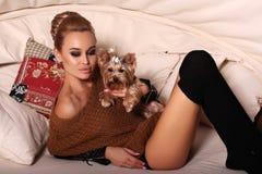 Mulher na roupa ocasional, levantando com yorkshire terrier bonito Fotografia de Stock Royalty Free