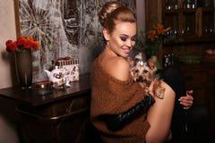 Mulher na roupa ocasional, levantando com yorkshire terrier bonito Imagens de Stock Royalty Free