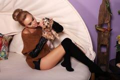 Mulher na roupa ocasional, levantando com yorkshire terrier bonito Fotografia de Stock